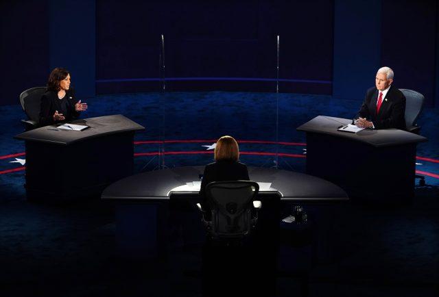Pence ve Harris canlı yayında karşı karşıya geldi, tartışmaya 'sinek' damga vurdu