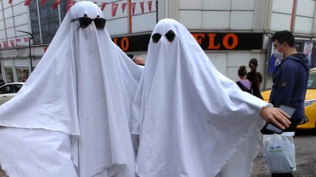 Maske ve sosyal mesafenin önemine dikkat çekmek için hayalet kılığına girdiler
