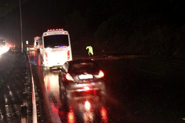 TEM Otoyolu'nda kayan toprak trafiği felç etti! 10 kilometrelik araç kuyrukları oluştu