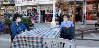 Silopi: Görme engelli genç kız yazdığı kitapları kurduğu stantta satıyor