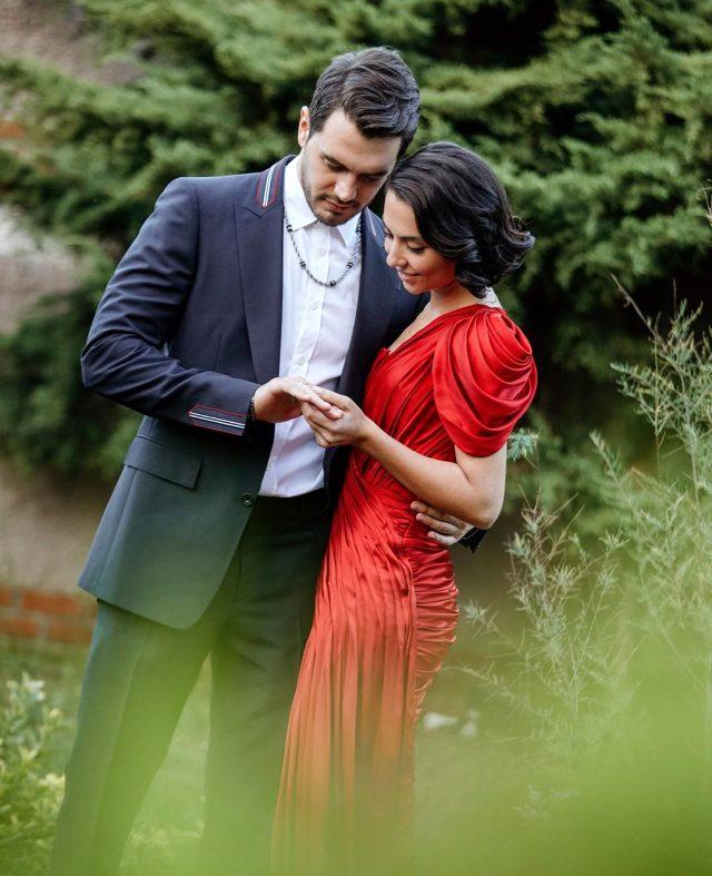 Mutluluğa ilk adım! İsmail Ege Şaşmaz, sevgilisi Hande Ünal nişanlandı -  Magazin