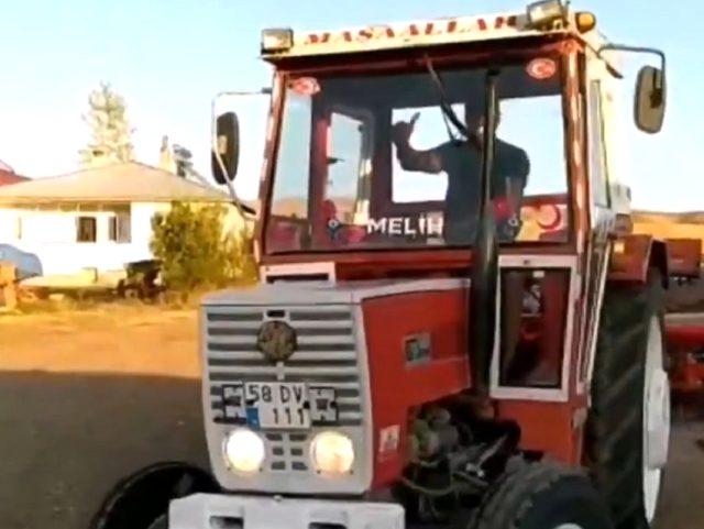 Sivas'ın köyünü ziyaret eden Sivasspor'lu kaleci Samassa, traktör kullandı