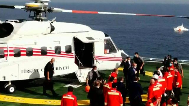 Cumhurbaşkanı Erdoğan, yeni gaz müjdesini vermek için helikopterle Fatih sondaj gemisine iniş yaptı