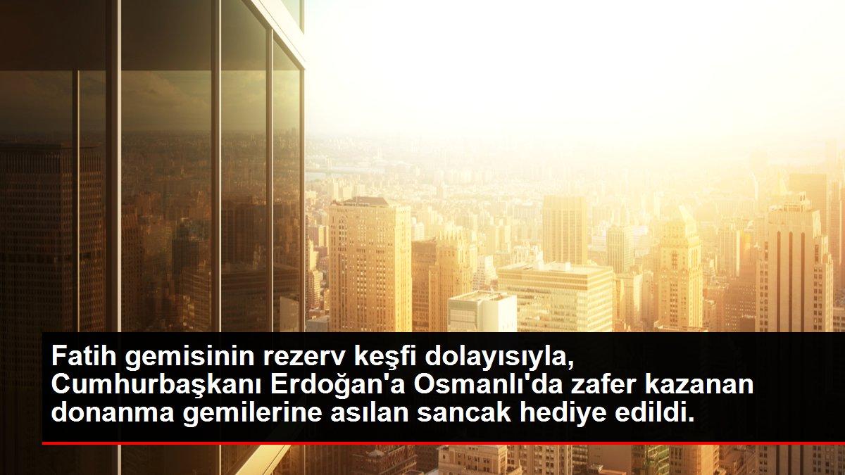 Fatih gemisinin rezerv keşfi dolayısıyla, Cumhurbaşkanı Erdoğan'a Osmanlı'da zafer kazanan donanma gemilerine asılan sancak hediye edildi.