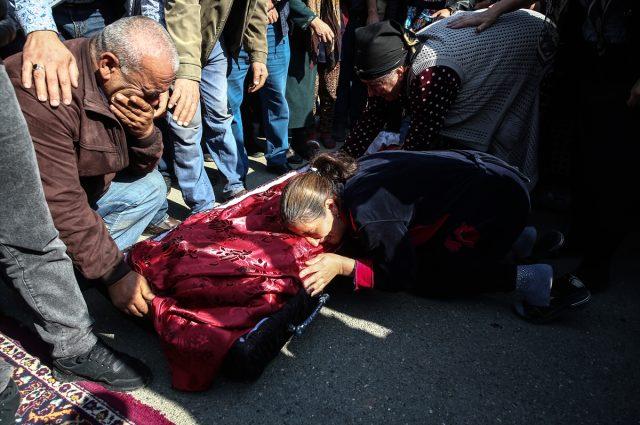 Yürek dayanmaz! Ermenistan'ın Gence'de füze ile öldürdüğü siviller son yolcuğuna uğurlandı