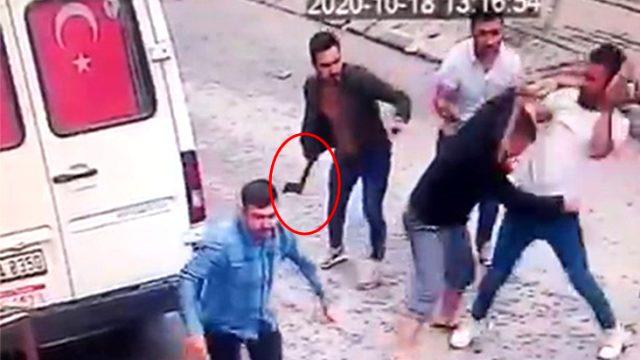 Karı-kocaya baltayla saldıran komşularının görüntüleri kameraya böyle yansıdı