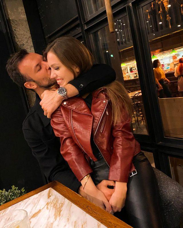 Sevgilisiyle samimi pozlarını paylaşan fenomen Duygu Özaslan, eleştirileri tiye aldı