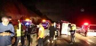 Antalya: Servis minibüsü devrildi: 8 yaralı