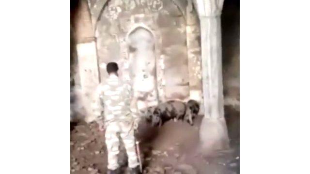 Azerbaycan askerleri Ermenilerin yaptığı alçaklığı gözler önüne serdi! Tarihi camiyi domuz ahırına çevirmişler