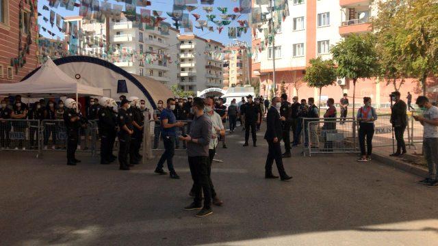 Diyarbakır'da, HDP'nin il ve ilçe binalarına polis operasyon! İlçe eş başkanları gözaltına alındı