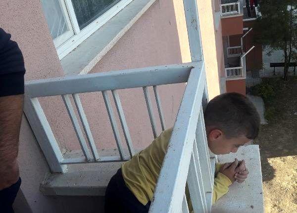 Başı, balkon demirine sıkışan çocuğu itfaiye kurtardı