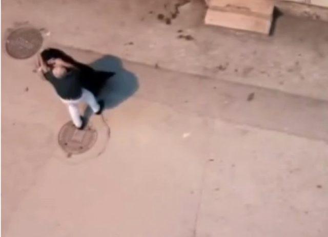 Kocasını başka bir kadının evinde yakalayan eş, mahalleyi ayağa kaldırdı