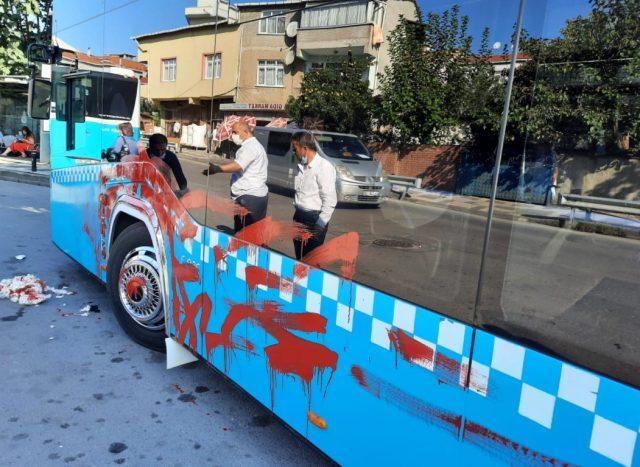 Durak dışında olduğu için kendisini almayan şoföre kızan kadın taksiyle takip ettiği otobüsü kırmızıya boyadı