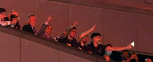 Fenerbahçeli futbolcular, Trabzonspor galibiyetinin ardından şampiyonluk şarkıları söyledi