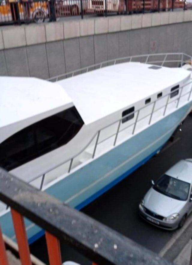 Denizi olmayan Diyarbakır'da tekne alt geçitte mahsur kaldı