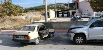Trafik Kazaları: Kamyonetle otomobil çarpıştı: 2'si çocuk 7 yaralı