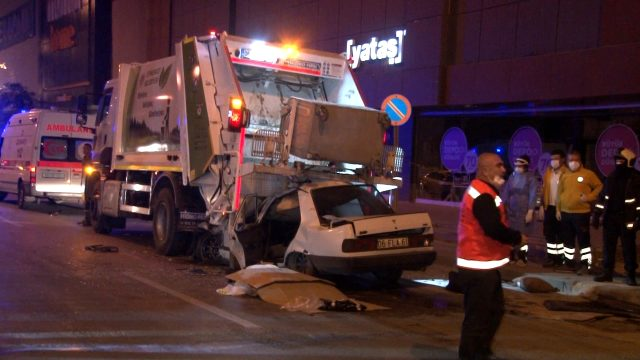 Ankara'da feci kaza! Otomobil duran çöp kamyonunun altına girdi
