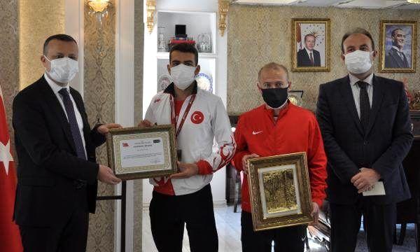Gümüşhane Valisi, Balkan şampiyonu koşucuyu kabul etti