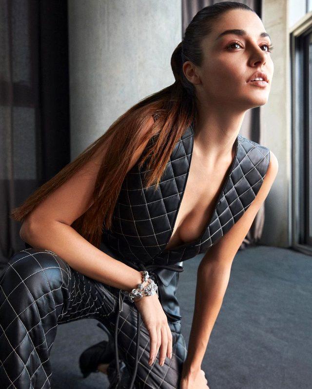 Oyuncu Hande Erçel'in dekolteli pozlarına beğeni yağdı