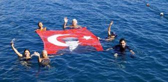 29 Ekim Cumhuriyet Bayramı: Kadınlar denizde bayrak açıp, Cumhuriyet Bayramı'nı kutladı