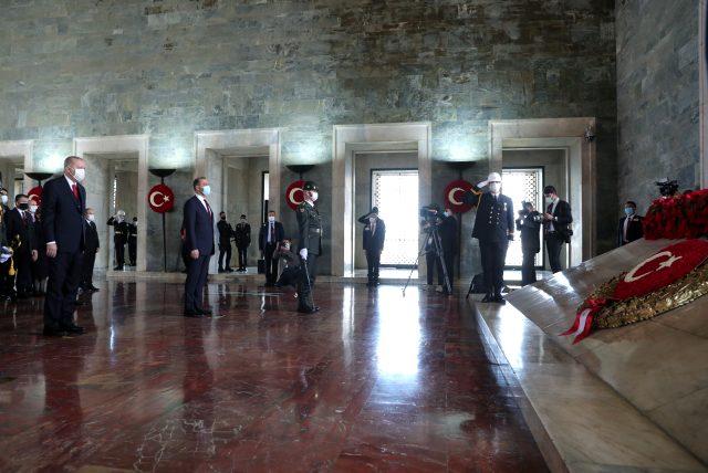 Son Dakika: Devlet erkanı Anıtkabir'de! İşte Cumhurbaşkanı Erdoğan'ın Özel Deftere yazdığı mesaj