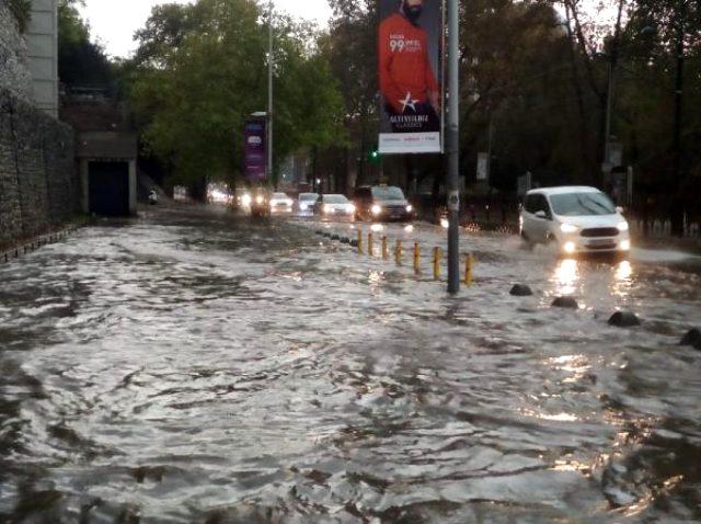 Son Dakika! İstanbul'da etkili olan sağanak sonrası sel ve dolu uyarısı yapıldı, alt geçitleri su bastı