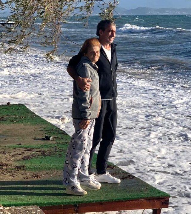 Ünlü oyuncu Erkan Petekkaya'nın annesi 69 yaşında hayatını kaybetti