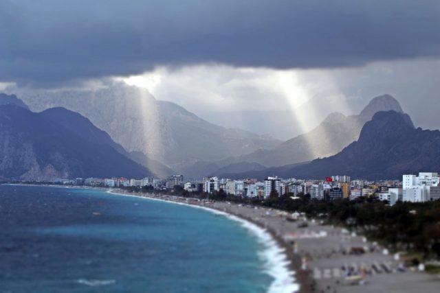 Yağmur sonrası görsel şölen! Konyaaltı Sahili'nde oluşan ışık hüzmesini görenler telefonlarına sarıldı