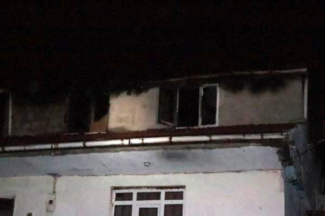 Çatı katında çıkan yangında kalan anne hayatını kaybetti, oğlu yaşam mücadelesi veriyor