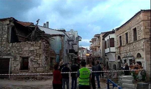 Foça'da, depremde hasar gören 6 binadan 3'ü ekiplerce yıkıldı