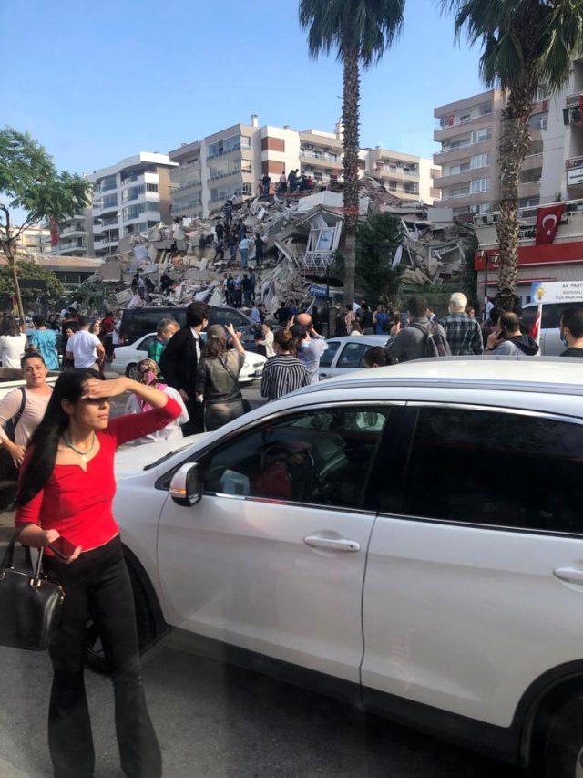 İzmir'i sallayan depremde bazı binalar yıkıldı! Gelen görüntüler korkunç