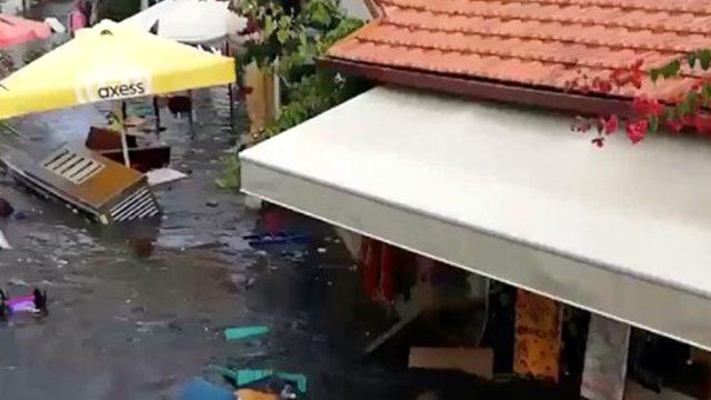 Seferihisar'da deprem nedeniyle deniz taştı, cadde ve sokaklar su altında kald