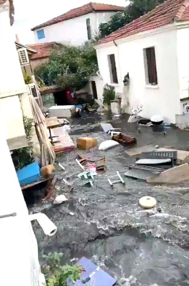 Son Dakika: İzmir'de meydana gelen 6,6 büyüklüğündeki depremde ölü sayısı 12'ye, yaralı sayısı 419'a yükseldi