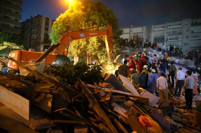 Son Dakika: İzmir'de meydana gelen 6,6 büyüklüğündeki depremde ölü sayısı 17'ye, yaralı sayısı 763'e yükseldi