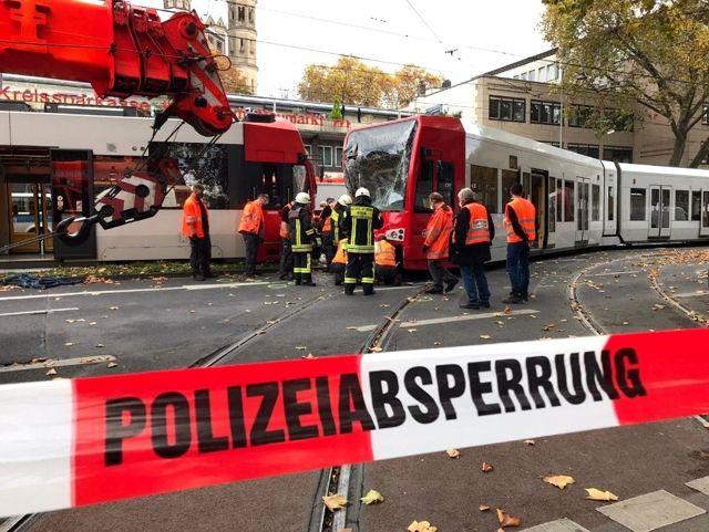 Almanya'da iki tramvay kafa kafaya çarpıştı: 1'i ağır 20 yaralı