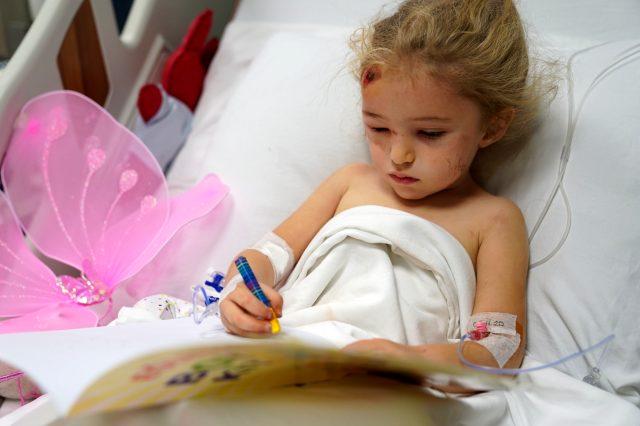 Depremin simgesi minik Elif'in yeni görüntüleri ortaya çıktı: Oyuncaklarıyla oynayıp boyama yaptı