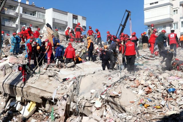 Son Dakika: İzmir'de 6,6 büyüklüğündeki depremde yıkılan binalara ilişkin 9 kişi gözaltına alındı