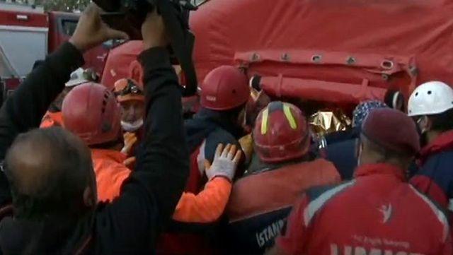 Son Dakika! İzmir'de 65 saat sonra 3 yaşındaki Elif enkazdan sağ çıkarıldı