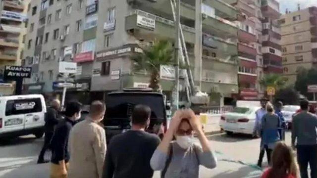 Yıkım bölgesinde panik anları: Bina sakinleri apartmana girdi, çatırdama sesiyle ortalık bir anda karıştı