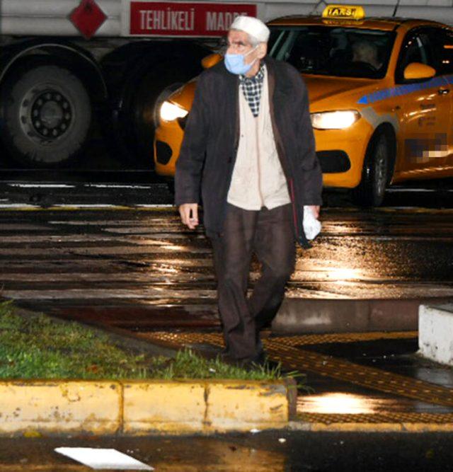 Çılgın Bediş dizisinin Kapıcı Abdül'ü Abdülhamit Danışır, trafikte kitap satarken grüntülendi