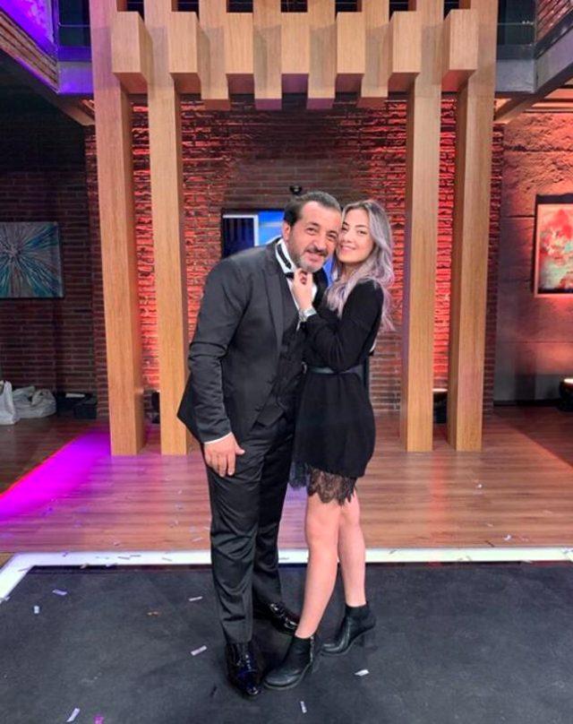 Şef Mehmet Yalçınkaya'nın kızı sevgilisiyle sarmaş dolaş poz verdi