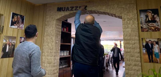 Muazzez Ersoy, adını ve fotoğraflarını her yerde kullanan mekana polis baskını düzenletti