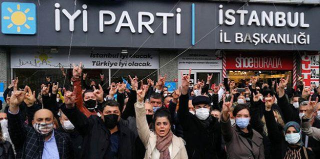 İstanbul İl Başkanlığı önünde toplanan İYİ Partililer, Buğra Kavuncu ve Bahadır Erdem'in istifasını istedi