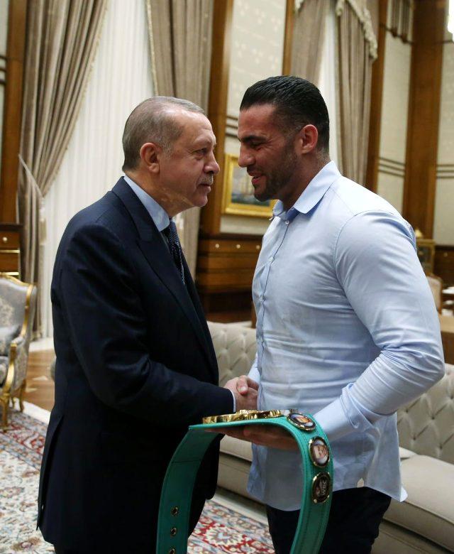 Müslüman dünya şampiyonu boksör, araya girerek aşiret savaşlarını durdurdu