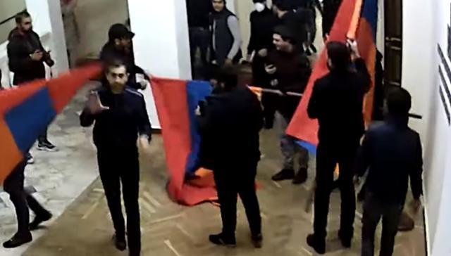 Dağlık Karabağ yenilgisini hazmedemeyen Ermeniler meclisi basmıştı! O geceye ait yeni görüntüler ortaya çıktı