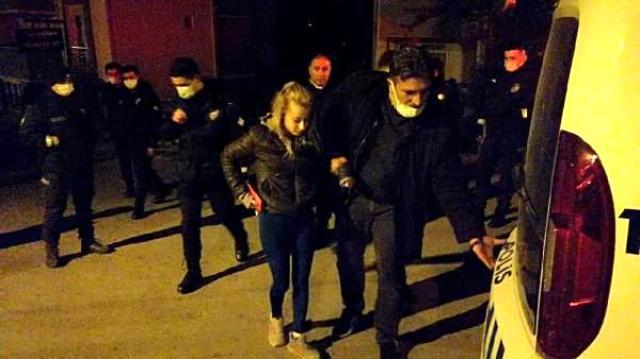 Eşinin sırtından bıçakladığı adam kanlar içinde kapının önünde bulundu