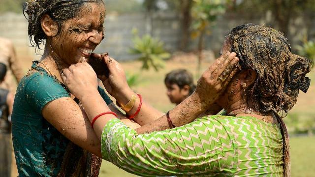 hindistan da halk inek diskisini yuzlerine surup 13744855 6036 m