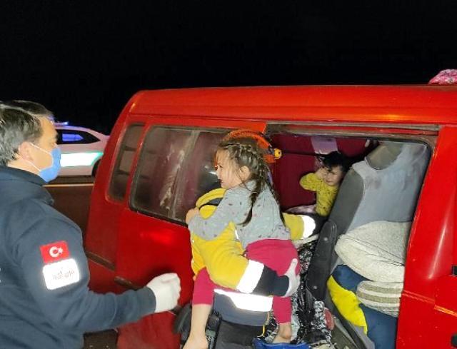Düzce'de feci kaza! Eşyaların altında kalan çocuklar ağlayınca fark edildi