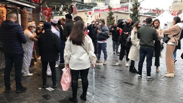Taksim'de restoranların önü doldu taştı