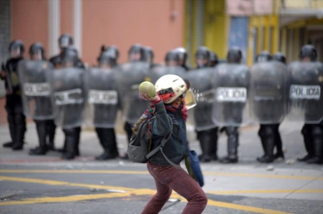 Guatemala'da hükümet karşıtı düzenlenen protestolarda Kongre binası ateşe verildi